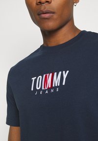 Tommy Jeans - TIMELESS BOX TEE UNISEX - T-shirt med print - twilight navy - 4