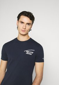 Tommy Jeans - STRETCH CHEST LOGO TEE  - T-shirt z nadrukiem - twilight navy - 3