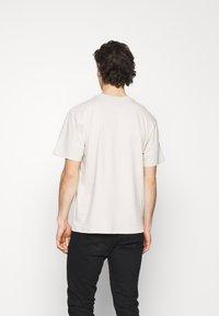 Edwin - TAROT DECK UNISEX - Print T-shirt - pelican - 2