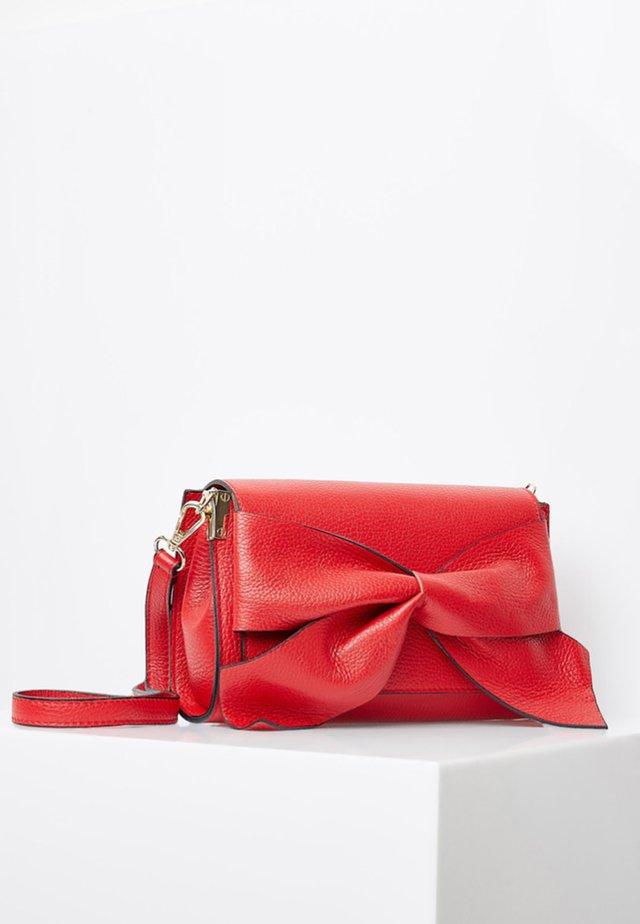 MIT DEKORATIVER LEDERSCHLEIFE - Across body bag - red