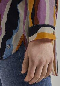 TOM TAILOR DENIM - Overhemdblouse - wavy multicolor stripes - 4
