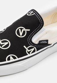 Vans - CLASSIC UNISEX - Slip-ons - black/marshmallow - 5