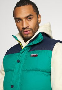 Tommy Jeans - CORP VEST - Waistcoat - midwest green/multi - 4