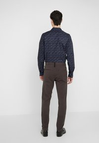 rag & bone - FIT 2 CLASSIC CHINO - Chinosy - grey - 2