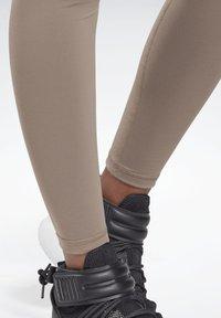 Reebok - LUX MATERNITY STUDIO LEGGINGS - Leggings - trek grey - 3