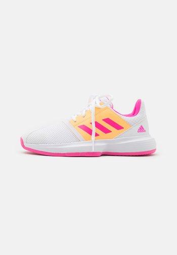 COURTJAM XJ UNISEX - Tenisové boty na všechny povrchy - footwear white/pink/orange