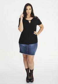 SPG Woman - MIT SPITZENPASSE - T-shirt print - schwarz - 1