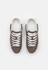 Crime London - Sneakers basse - brown - 3