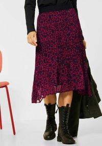 Street One - MIT LEO  - Pleated skirt - rot - 1
