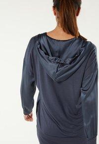 Intimissimi - KAPUZENJACKE AUS SEIDE UND LYOCELL - Pyjama top - blau - 383i - elegant blue - 1