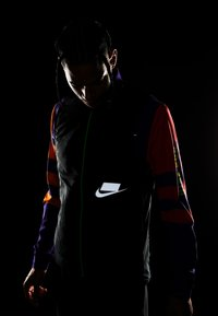 Nike Performance - WILD RUN AEROLAYER VEST - Chaleco - black/grey fog/reflective silver - 5