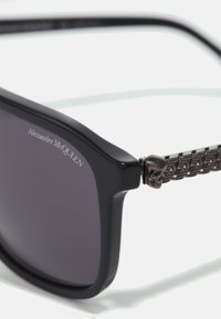 Alexander McQueen - UNISEX - Sunglasses - black/silver-coloured/grey - 2