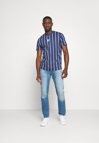 11 DEGREES - VERTICAL STRIPE TEE - T-shirt print - navy/white - 1