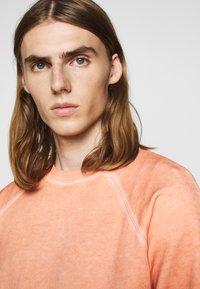 Folk - COLD DYE RIVET SWEAT - Sweatshirt - coral orange - 5