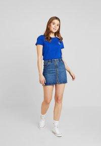 Scotch & Soda - BASIC SHORT SLEEVE TEE IN VARIOUS PRINTS - T-shirts med print - yinmin blue - 1