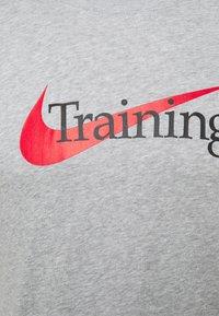 Nike Performance - TEE TRAINING - Print T-shirt - grey heather - 2
