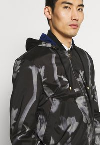 Paul Smith - GENTS HOODED JACKET ALLOVER PRINT - Giacca leggera - black - 5