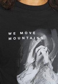 The North Face - CROP TEE - Camiseta estampada - black - 5