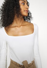 NA-KD - PAMELA REIF SQUARE NECK CUT OUT BODY - Long sleeved top - cloud cream - 4