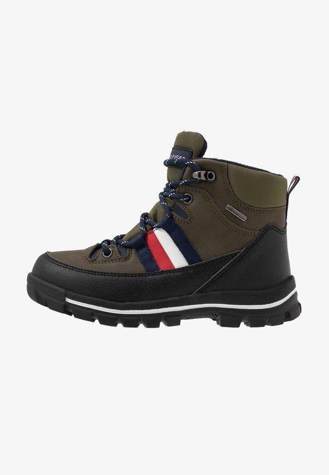 Šněrovací kotníkové boty - military green