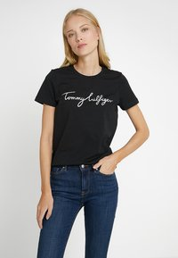 Tommy Hilfiger - HERITAGE CREW NECK GRAPHIC TEE - T-shirts print - masters black - 0