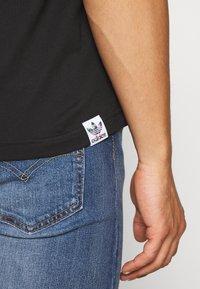 adidas Originals - PRIDE SHORT SLEEVE GRAPHIC TEE - T-shirts med print - black - 4