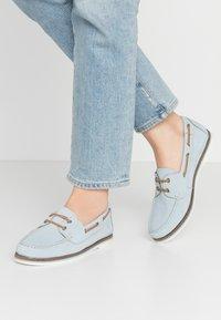 Tamaris - LACE-UP - Boat shoes - sky - 0