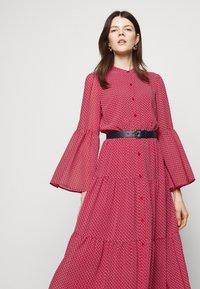 MICHAEL Michael Kors - PRINTED BELTED SHIFT DRESS - Shirt dress - crimson - 3