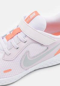 Nike Performance - REVOLUTION 5 UNISEX - Neutral running shoes - light violet/metallic platinum/crimson bliss/white - 5