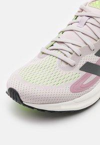 adidas Performance - SOLAR GLIDE 4 - Hardloopschoenen neutraal - ice purple/grey five/signal green - 5