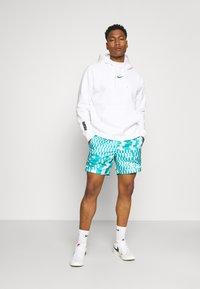 Nike Sportswear - ZIGZAG FLOW - Shorts - aquamarine - 1