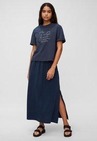 Marc O'Polo DENIM - Print T-shirt - dress blue - 1