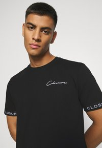 CLOSURE London - BRANDED CUFF TEE - T-shirt con stampa - black - 4