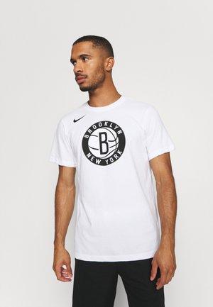NBA BROOKLYN NETS ESSENTIAL LOGO TEE - Klubové oblečení - white