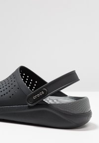 Crocs - LITERIDE RELAXED FIT - Dřeváky - black/slate grey - 5