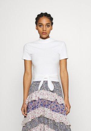 TAXE - T-shirts med print - blanc