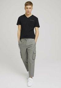 TOM TAILOR DENIM - Cargo trousers - greyish shadow olive - 1