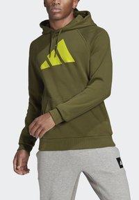 adidas Performance - FI HOOD BD MUST HAVES SPORTS RELAXED SWEATSHIRT HOODIE - Luvtröja - green - 3