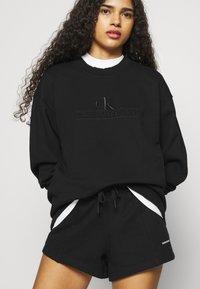 Calvin Klein Jeans - EMBROIDERY ECO WASH CREWNECK - Sweatshirt - black - 3
