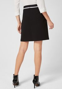 s.Oliver BLACK LABEL - MIT GESTREIFTEM BUND - Pencil skirt - black - 2