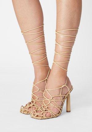 HYDEY - Korolliset sandaalit - nude
