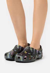 Crocs - CLASSIC OUT OF THIS WORLD - Zuecos - black - 0