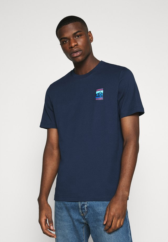 SPORTS INSPIRED SHORT SLEEVE TEE - Triko s potiskem - collegiate navy