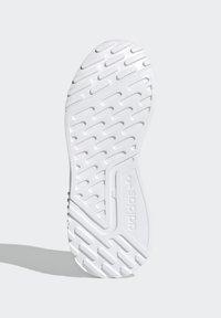 adidas Originals - MULTIX UNISEX - Zapatillas - crystal white/footwear white/core black - 4