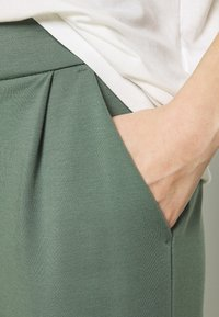 Vero Moda - VMEVA MR - Trousers - laurel wreath - 5