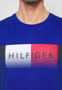 Tommy Hilfiger - TH COOL  - T-shirt z nadrukiem - blue - 5