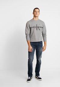 Calvin Klein Jeans - TAPING THROUGH MONOGRAM - Mikina - mid grey heather - 1