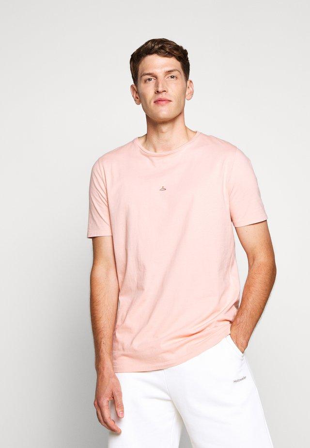 HANGER TEE - T-shirts - pink