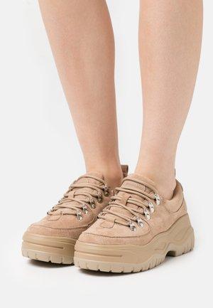 ROXIE - Sneakersy niskie - sand