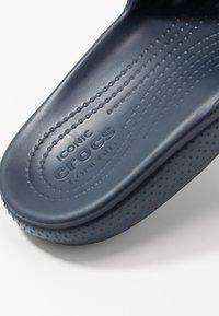 Crocs - CLASSIC SLIDE - Sandály do bazénu - navy - 2